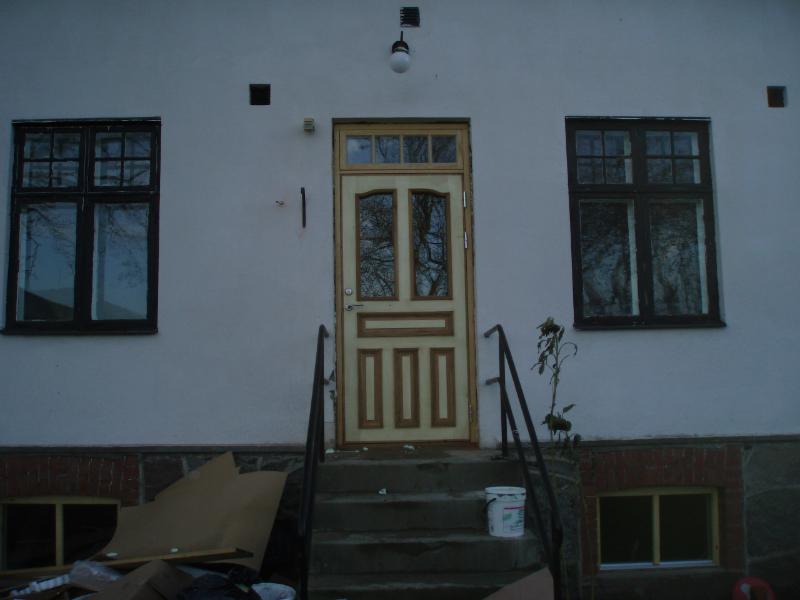 Även enkeldörren är på plats. Huset har även renoverats invändigt så jag ber om ursäkt att jag råkade få med lite skräp som städats ut!